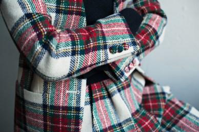 共布で包んだカジュアルなクルミ釦を付けたレディースのノーカラーオーダースーツ|lifestyleorder