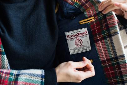 ハリスツイードのブランドネームタグを付けたレディースノーカラースーツ|lifestyleorder