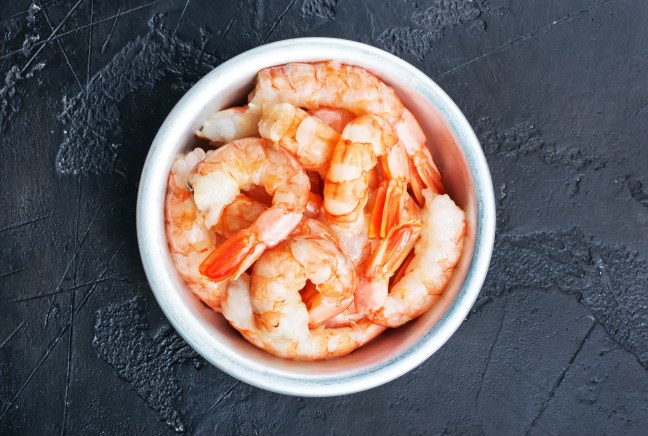 boiled shrimps with fresh lemon and spice