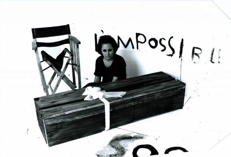 H διεθνής έκθεση σύγχρονης τέχνης documenta πάει σε Κοκκινιά και Πειραιώς Η έκθεση σύγχρονης τέχνης documenta 14, που φέτος για πρώτη φορά φεύγει από τα σύνορα του Κάσελ της Γερμανίας και συνδιοργανώνεται με την πόλη της Αθήνας, καλεί το κοινό σε γνωριμία.  Από τον Μάρτιο έως τον Ιούνιο, μια σειρά δημόσιων συζητήσεων υπό τον τίτλο «Συναντήσεις» παρουσιάζουν στην Αθήνα την documenta μέσα από προσωπικές ιστορίες, σκέψεις, αφηγήσεις και βιώματα, προβολές, ομιλίες, περφόρμανς και DJ sets.  Πώς μπορεί μια έκθεση σύγχρονης τέχνης να προσφέρει πολλαπλές προοπτικές της παγκόσμιας κατάστασης;  Οφείλουν οι εκθέσεις να σχετίζονται με τις κοινωνικές, πολιτιστικές και πολιτικές πραγματικότητες της καθημερινής ζωής;  Ποια παγκόσμια γεγονότα επηρέασαν τις documenta στο παρελθόν και ποιο ήταν το αντίκτυπο αυτών των εκθέσεων; Οι «Συναντήσεις» της documenta 14 προσκαλούν το κοινό να συμμετάσχει σε μια σειρά διεπιστημονικών εκδηλώσεων, προάγοντας τον διάλογο ανάμεσα στο πλαίσιο των εκθέσεων documenta και στους κοινωνικοπολιτικούς μετασχηματισμούς που πραγματοποιούνται στην Ελλάδα και παγκοσμίως.  Οι παρουσιάσεις αξιοποιούν διαφορετικές μορφές διαλόγου για να τροφοδοτήσουν το ενδιαφέρον και τη φαντασία του κοινού, καθώς πραγματεύονται ποικίλα ζητήματα όπως ο πολιτικός λόγος, η (απο)δόμηση της εθνικής ταυτότητας, η αντίσταση μέσω της παραστατικής τέχνης και της μουσικής, ο κινηματογράφος ως ποίηση, το μέλλον της εκθεσιακής πρακτικής, η αρχειοθέτηση της ιστορίας και το πένθος για το παρελθόν. Οι «Συναντήσεις» αποτελούν μέρος του εκπαιδευτικού προγράμματος της documenta 14 «μια εκπαίδευση». Γίνονται στα αγγλικά ή στα ελληνικά, με ταυτόχρονη μετάφραση στην άλλη γλώσσα, και πραγματοποιούνται σε διάφορους χώρους της Αθήνας. Προσκεκλημένοι συντελεστές: Clare Butcher, Ειρήνη Γερογιάννη, Hendrik Folkerts, Ντένης Ζαχαρόπουλος, Μαίρη Ζυγούρη, Γεωργία Κοτρέτσος, Ζάφος Ξαγοράρης, Ειρήνη Παπακωνσταντίνου, Νεκτάριος Παππάς, Christoph Platz, Gene Ray, Dieter Roelstraete, Monika Szewczyk, Adam Szymczyk
