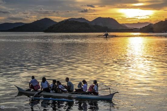 Дети отправляются домой на лодке