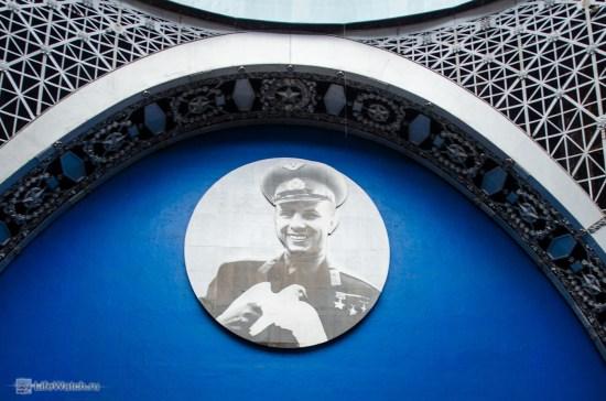 О том, чем был когда то этот павильон сечас напоминает лишь фотография Гагарина