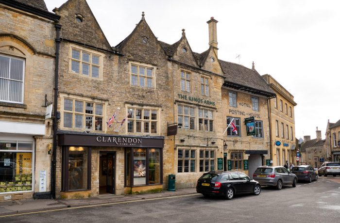 stow-on-the-wold main town square stores in the cotswolds