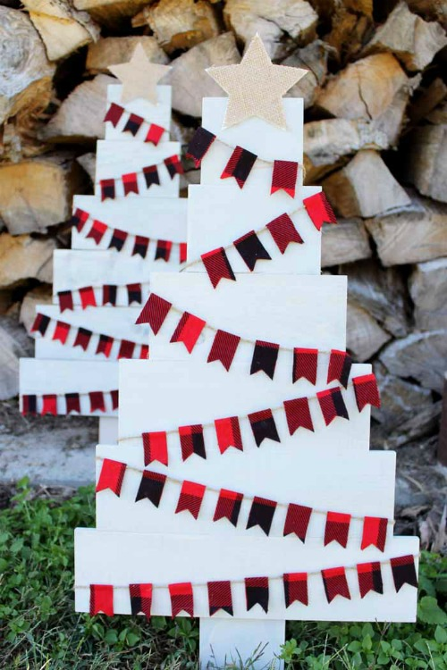 DIY Pallet Christmas Tree - The Country Chic Cottage - HMLP 162 Feature