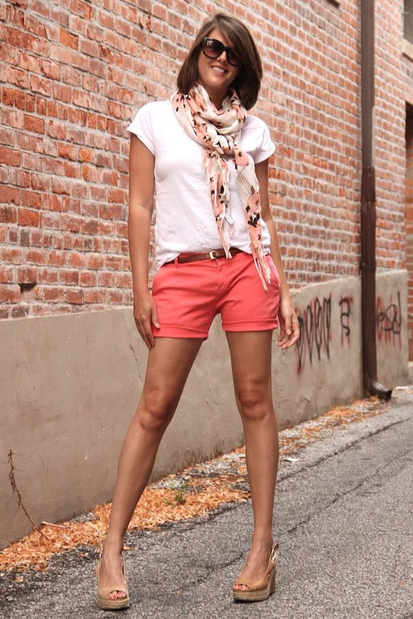 how to wear a summer scarf, click to see the rest of the tips in this post on how to pull of this summer fashion trend!