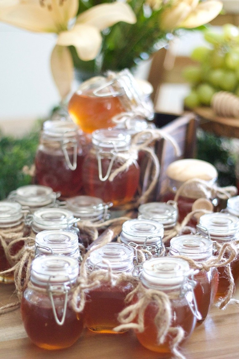 Honey pot baby shower favors for a classic Winnie the Pooh baby shower! Click to see more details from this beautiful baby shower