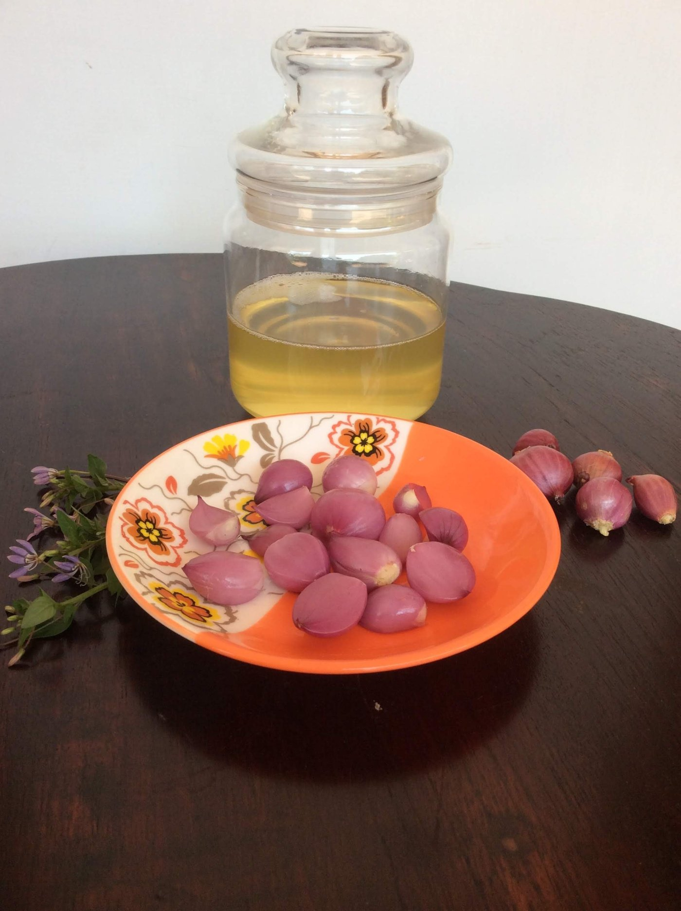 Shallots and coconut oil combination is ideal for hair care.