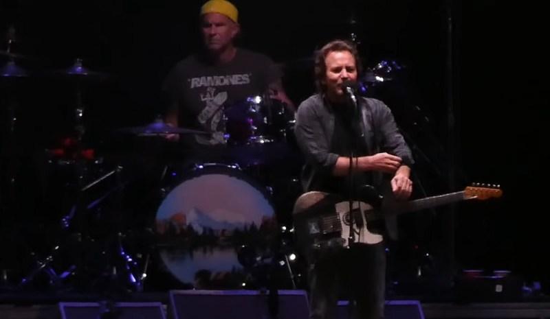 Eddie Vedder toca com membros do Red Hot Chili Peppers em seu próprio festival