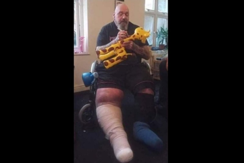 Paul Di'Anno, ex-Iron Maiden, aparece com pernas inchadas em cadeira de rodas