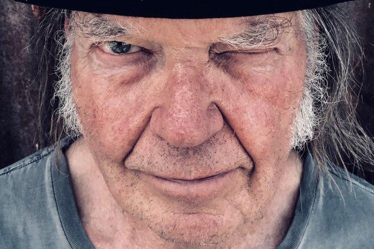 Neil Young anuncia novo álbum 'Barn' com Crazy Horse