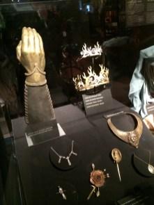 A mão de ouro de Jaime, coroas, jóias e adereços