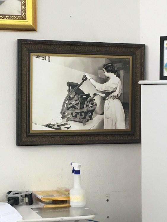 Quadro com foto de Dorina Nowill operando prensa braille