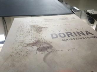 Cartaz em braille do documentário Dorina - Olhar Para o Mundo