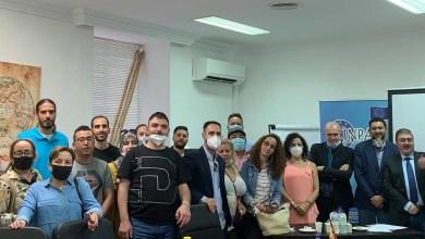 صورة لقاء للمهاجرين العرب في مدريد مع مختصين بالقانون