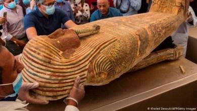 صورة بالرغم من الوباء مصر تقدم كنزًا أثريًا بأكثر من 100 تابوت و 40 قناعًا جنائزيًا