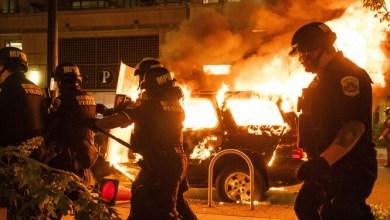 صورة احتجاج على عنف الشرطة ينتهي بمعركة مشتعله في أثينا