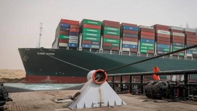 صورة قناة السويس العالمية توقف الملاحة مؤقتا حتى تطفو سفينة الشحن العالقة ومن يتحمل هذا