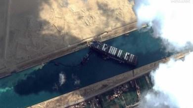 صورة حادث قناة السويس يرعب العالم ويعني قطع أحد محاور الحركة البحرية الرئيسية في سعر النفط