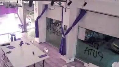 صورة هجوم علي مقر حزب بوديموس الشيوعي في مدينة قرطاجنة بالمواد المتفجرة وربط إغليسياس الهجوم باليمين المتطرف