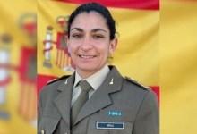 صورة توفيت العسكرية الإسبانية النقيب المدفعية بعد تعرضها لحادث عندما ربطت قذيفة المدفعية بجرار الشاحنة