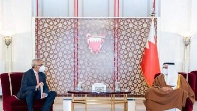 صورة رئيس مجلس الوزراء البحرينى يتسلم دعوة لزيارة مصر ويؤكد على ما يربط البحرين ومصر من علاقات استراتيجية راسخة