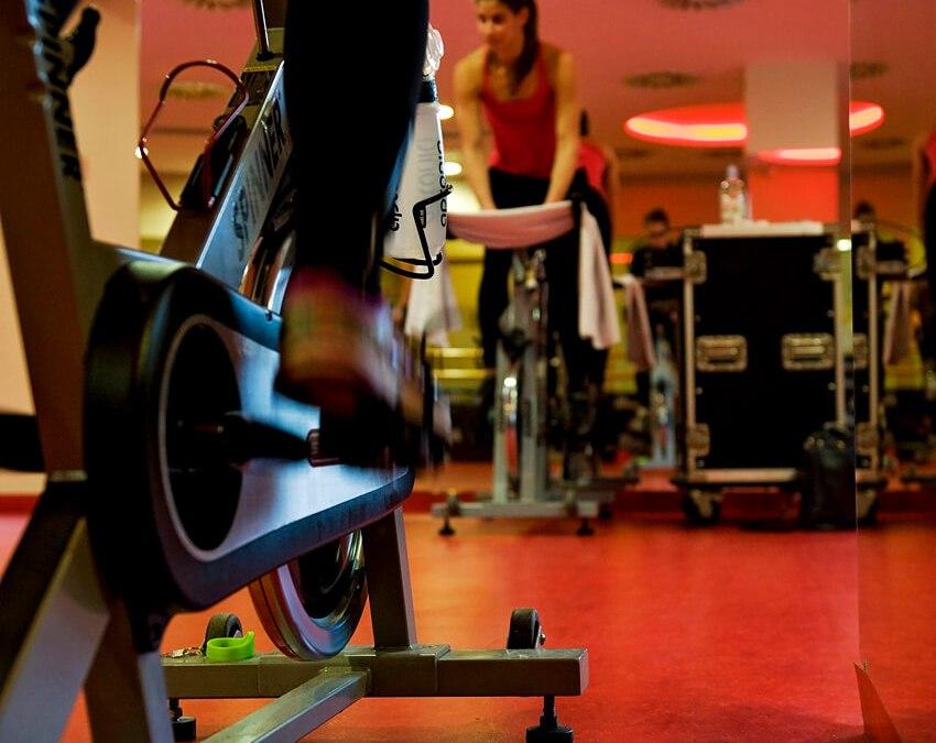 Hogyan tudja segíteni a kerékpározásodat egy Indoor Cycling órán való részvétel?