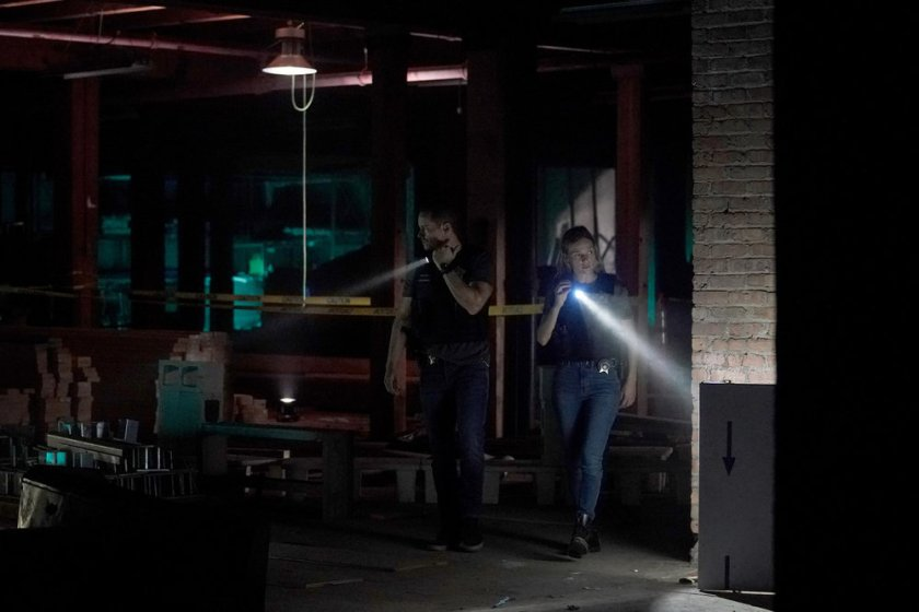 """CHICAGO P.D. -- """"In The Dark"""" Episode 904 -- Pictured: (l-r) Jesse Lee Soffer as Jay Halstead, Tracy Spiridakos as Hailey -- (Photo by: Lori Allen/NBC)"""