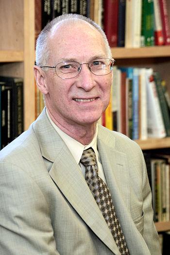 English: This image is of economist Robert Higgs.