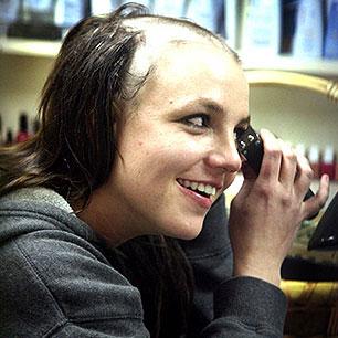 Britney Spears si rasa i capelli in un momento di estrema serenità nel 2007