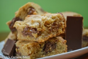 #Caramello Stuffed Blondie. gooey caramel and chocolate inside a soft and gooey blondie! Perfect recipe for a baking day. Click the photo for the #recipe