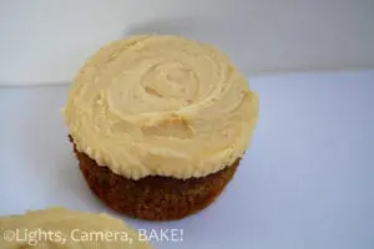 Banoffee Pie Cupcakes. A play on the traditional Banoffee Pie by using a crushed graham cracker base, banana spice cupcakes with a caramel centre and a spice icing. Super delicious and one of the best cupcakes I have ever eaten! #banoffeepiecupcakes #banoffeepierecipe #dessertrecipe