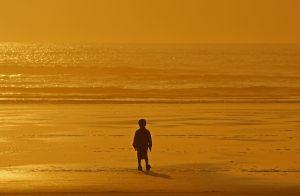 1077453_child_in_sunset