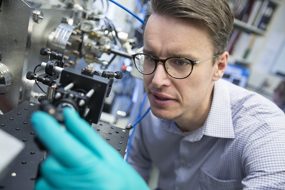 Scientist at work at the Canadian Light Source in Saskatoon. (Credit: D. Stobbe/CLS)