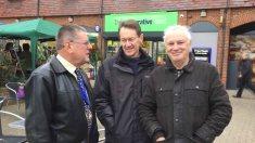 1a-Organisers Terry Galvin(r) John Alves(c) with Deputy Mayor John Winterton