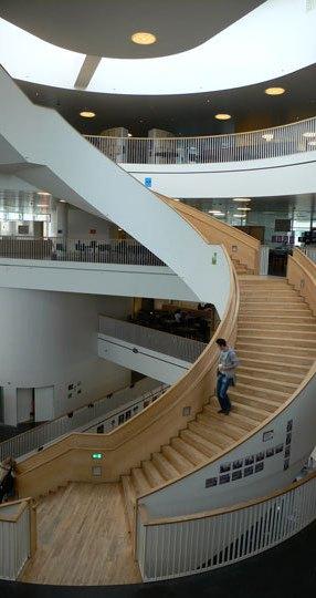 Ørestad Gymnasium, école supérieure autour des Médias, escalier central en spirale - Ørestad City, Copenhague, Danemark - Architects : 3XN - Photo : Vincent Laganier