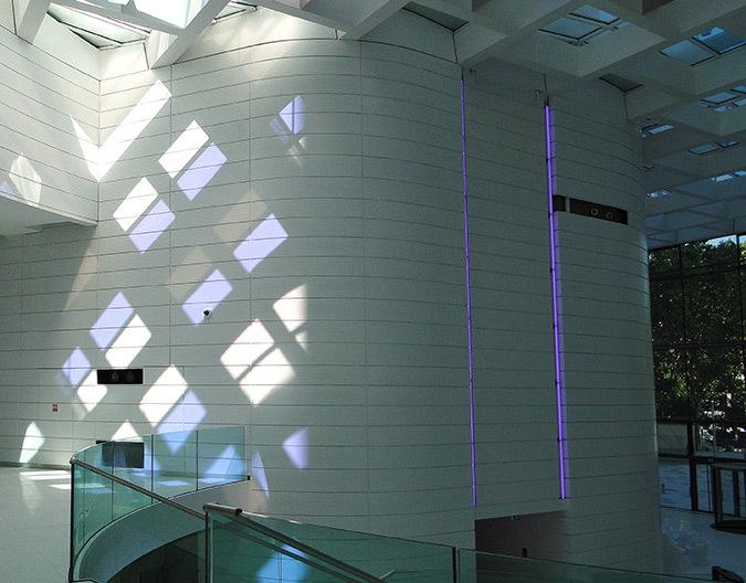 Course du soleil sur le pignon ouest le 3 septembre 2013, 11h30, hall d'accueil, Tour Eqho, Paris La Défense, France - Hubert & Roy architectes et associés © Concepto, Roger Narboni