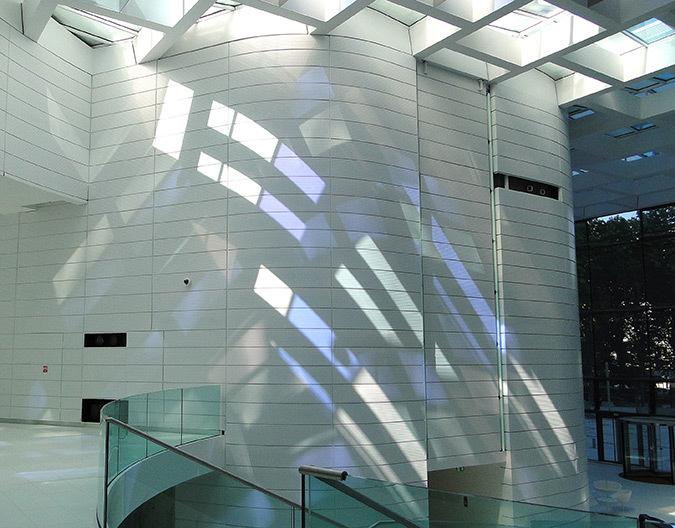 Course du soleil sur le pignon ouest le 3 septembre 2013, 15h, hall d'accueil, Tour Eqho, Paris La Défense, France - Hubert & Roy architectes et associés © Concepto, Roger Narboni