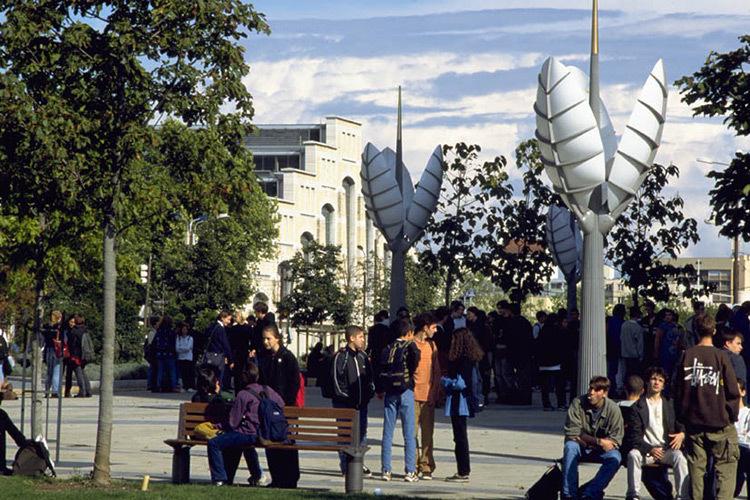 Lyon,-place-de-la-Halle-Tonny-Garnier,-mobilier-Ville-de-Lyon,-Jourda-et-Perraudin---Photo-Ville-de-Lyon