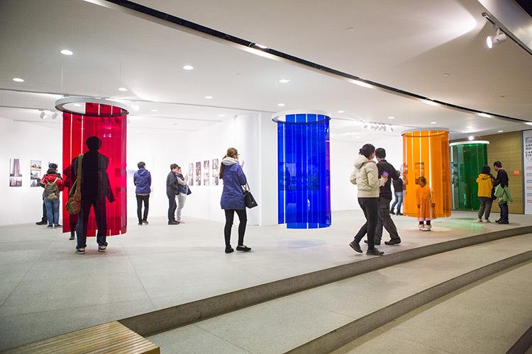 Douches-d'induction-Chromatique,-expo-Circumstance-and-Ambiguity-of-Color,-CAFA-Museum,-Beijing,-2013-©-Atelier-Cruz-Diez