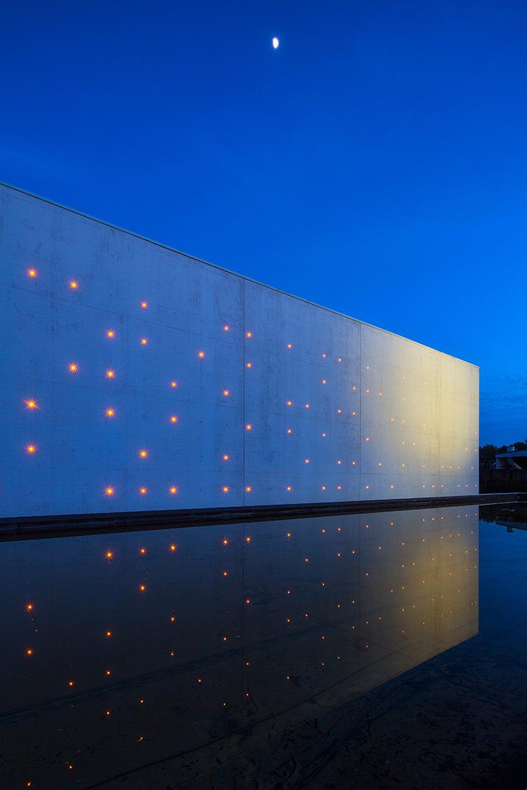 Chai LCB Logistique, nuit lateral gauche - Architectes Baggio-Piechaud - Photo APequin