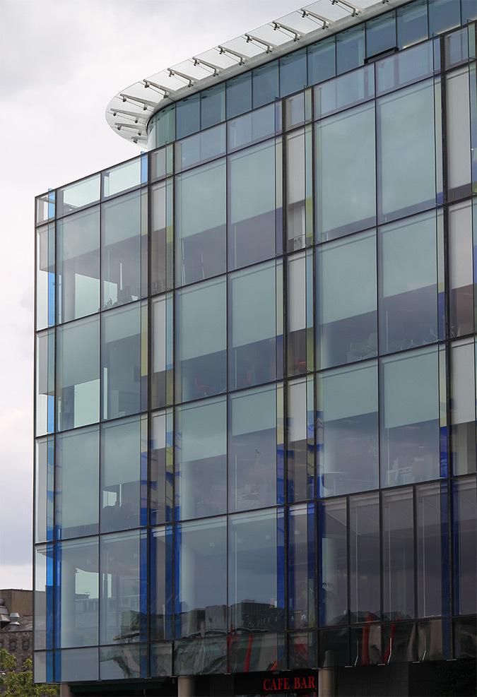 Vue latérale de la place, 1 Grand Canal Square, Dublin, Irlande - Architectes : DMOD - Ingénieurs : BDA - Photo : Vincent Laganier
