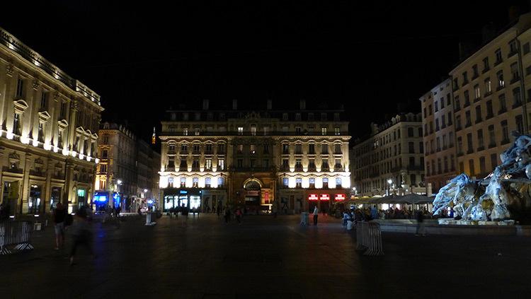 Enseignes commerciales 2, Place des Terreaux, Lyon, France - Conception lumiere Laurent Fachard - Photo Vincent Laganier