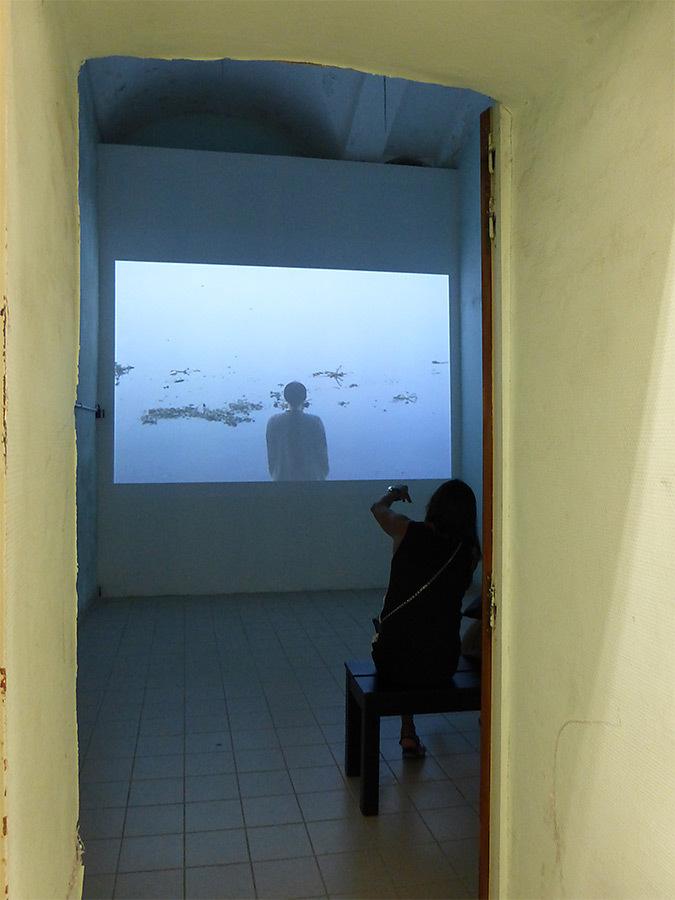 Kimsooja, Taegu, Corée du Sud – Une blanchisseurs, rivière Yamuna, Inde, 2000 © La disparition des Lucioles, Collection Lambert, Avignon, 2014 – Photo : Vincent Laganier