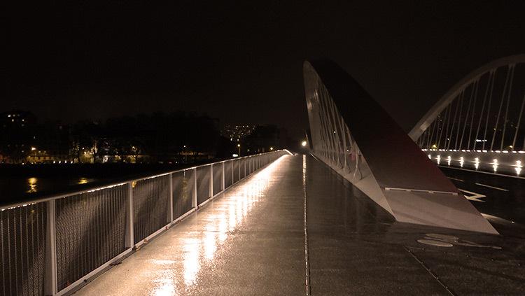 Lyon,-pont-Schuman,-mise-en-lumiere-Les-éclairagistes-associées---vue-amont-pieton---Vincent-Laganier