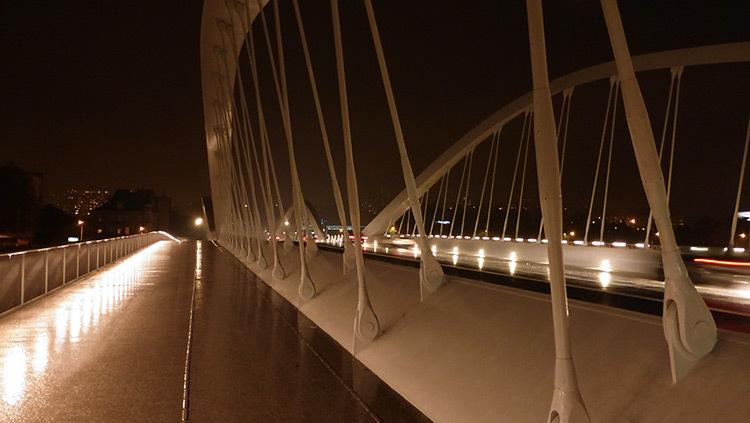 Lyon,-pont-Schuman,-mise-en-lumiere-Les-éclairagistes-associées---vue-pieton-photo-Vincent-Laganier