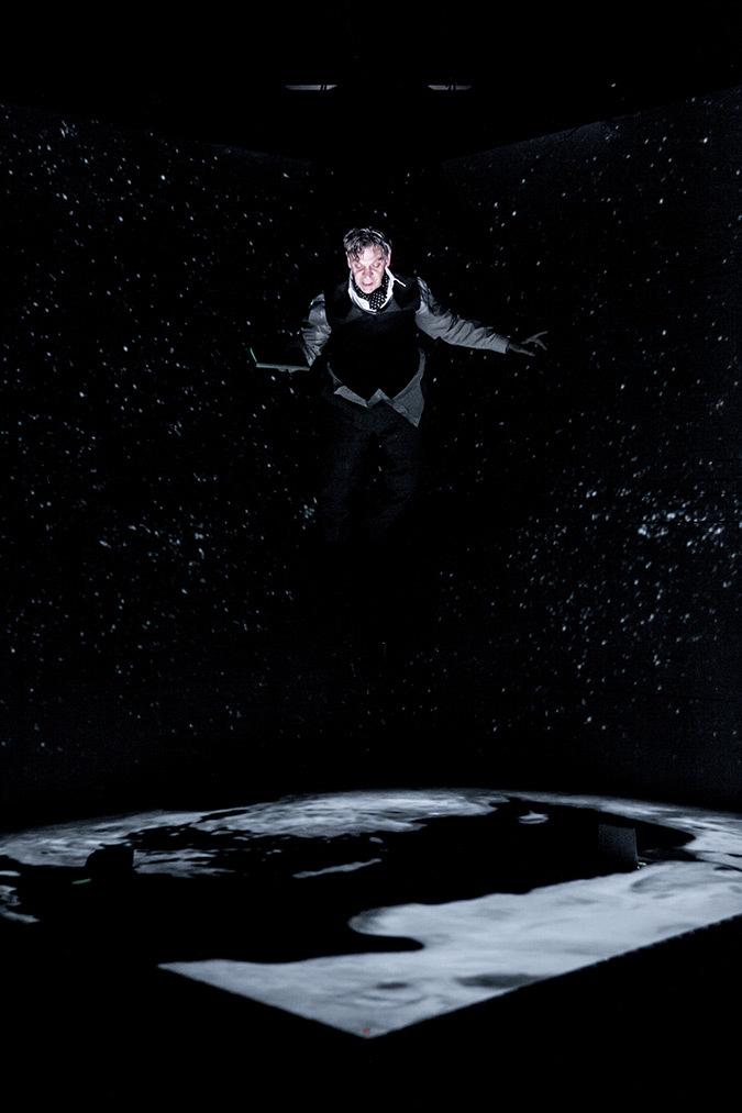 Début du spectacle, Marc Labrèche, Les aiguilles et l'opium - Robert Lepage, 2013 © Nicola Frank Vachon