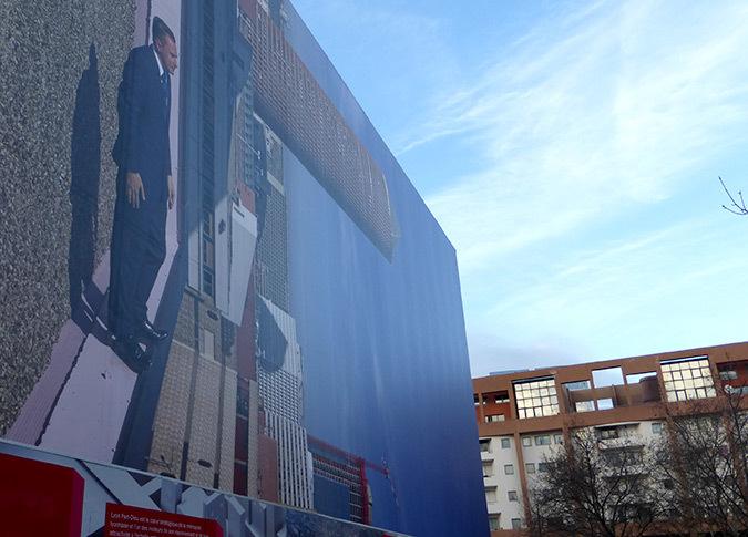 Philippe Ramette, 2014 - Immeuble B10, vue latérale, Lyon Part-Dieu, France - Photo de la place Béraudier : Vincent Laganier