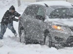 Auto bloccata dalla neve