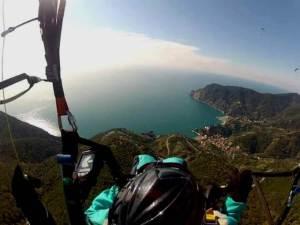 Parapendio in volo sopra Monterosso