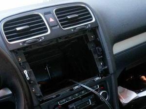 Beccato mentre ruba in un'auto, fermato minorenne